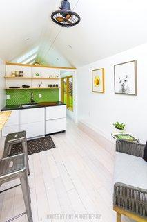 travertine kitchen backsplash triple bowl sink 最佳60 现代餐厅设计的照片和想法 居住 亚博提款 极简主义的开放式厨房 餐厅 客厅以中性色调为