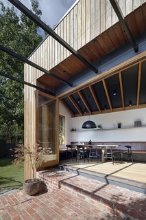 kitchen settee tall table and chairs 由mrtn建筑师设计的rathmine house dwell 亚博提款 餐厅式宴会椅从厨房长椅延伸出来 在添加的结尾和