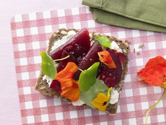 Rote-Bete-Brot mit Kapuzinerkresse