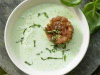 Kalte Basilikum-Dickmilch-Suppe Rezept | EAT SMARTER