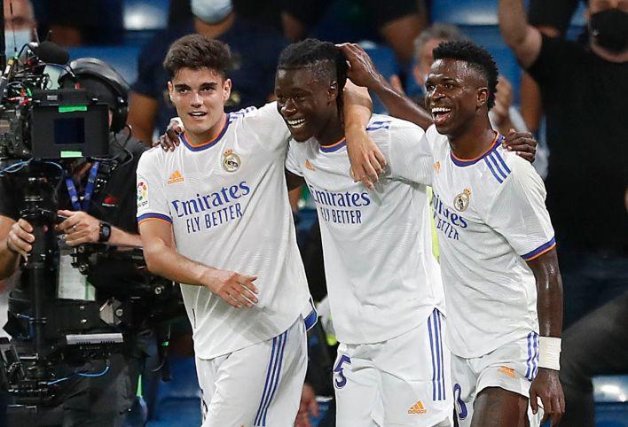Camavinga celebra su primer gol con el Real Madrid junto a Miguel Gutiérrez y Vinicius. (Efe)