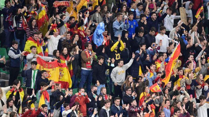Los aficionados españoles en San Siro. (Reuters)