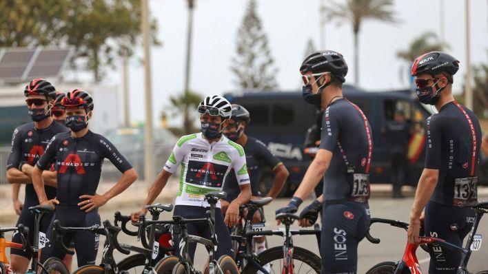 Los ciclistas esperan. (EFE)