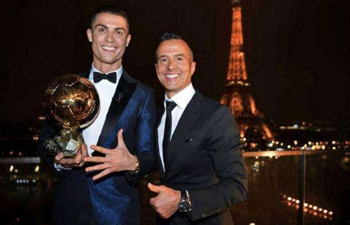 Cristiano Ronaldo posa con el trofeo del Balón de Oro junto a Jorge Mendes. (Efe)