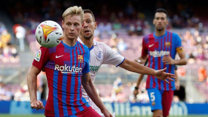 Frenkie de Jong controla un balón. (EFE)