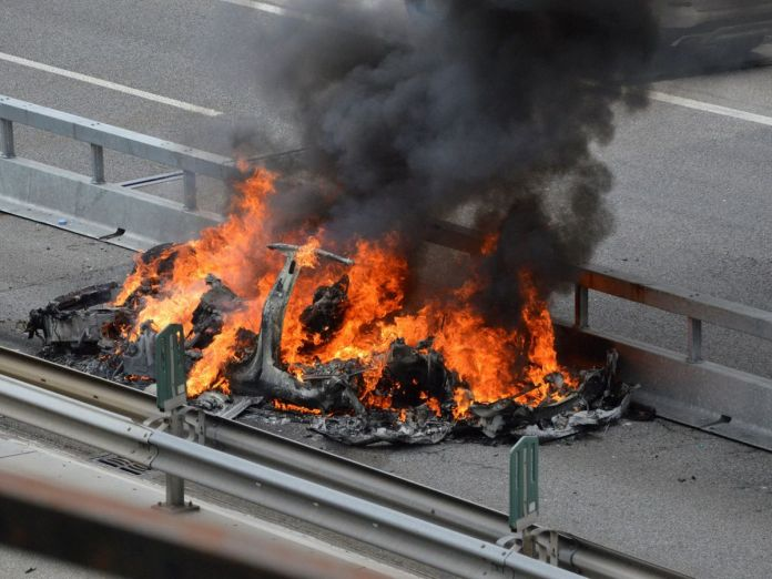 Foto: Un Tesla arde después de un accidente en Monte Ceneri, Suiza. (Reuters)