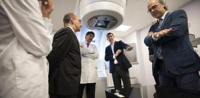 El presidente del Gobierno de Canarias, Fernando Clavijo, junto al consejero de Sanidad, Jesús Morera, en la inauguración del acelerador lineal del Hospital Dr. Negrín