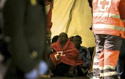 Algunos de los 43 inmigrantes subsaharianos rescatados por Salvamento Marítimo cuando navegaban en una patera localizada a 79 millas (146 kilómetros) al este de Fuerteventura. (EFE / Gabriel Fuselli).