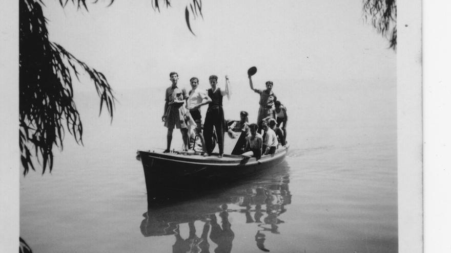Grupo de amigos durante un día de excursión al lago Tiberiades, fechada entre 1940 y 1942.