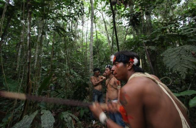Indígenas guaraníes usando sus prácticas de caza en el Parque Nacional Yasuní./ Dolores Ochoa (AP)