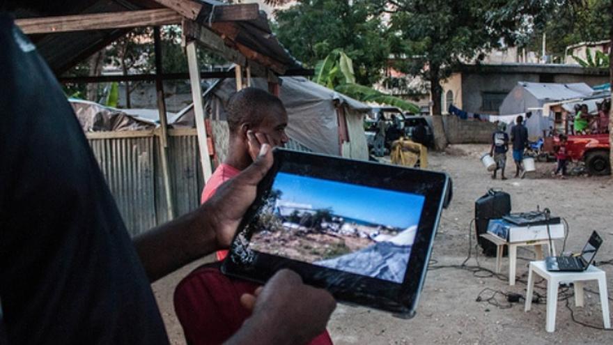 En el campo de desplazados de Canapé Vert, en Puerto Príncipe, un miembro de FRAKKA muestra las consecuencias del desalojo del campo de Mozayik, en Canaan, la mañana del 7 de diciembre./ Iolanda Fresnillo