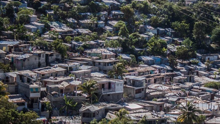 """Puerto príncipe rodeado de Bidonvilles, barrios de """"favelas"""" que carecen de servicios básicos, en los que el derecho a la vivienda digna tampoco está garantizado./ I. F."""