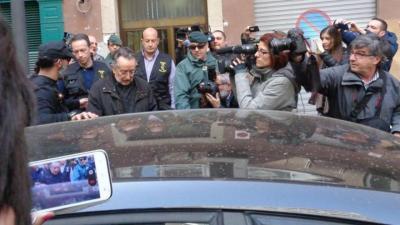 Alfonso Grau, rodeado de guardias civiles, tras el registro de su domicilio.