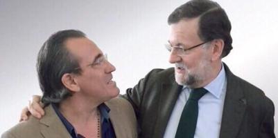Arturo Torró se abraza a Mariano Rajoy, en un cartel que el partido le prohibió difundir.
