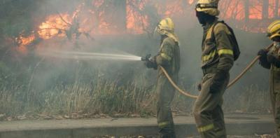 Bomberos forestales actuando en un incendio en Ribeira (A Coruña)