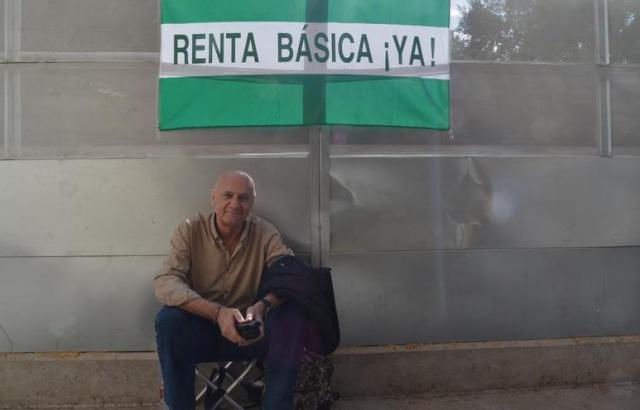 Francisco Vega, poco después de comenzar la huelga, frente a la Delegación del Gobierno en Málaga   N.C.