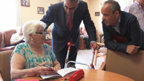 El consejero de Políticas Sociales de la Comunidad de Madrid visitando una residencia