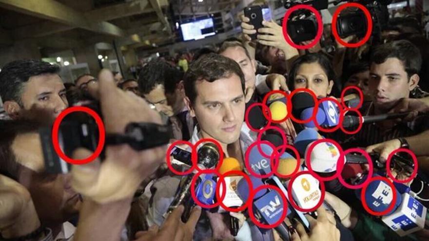 Los periodistas rodean a Albert Rivera