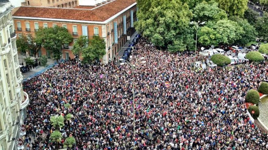 Miles de personas ante el cordón policial en las cercanías del Congreso en septiembre del 2012 pidiendo la dimisión de Rajoy