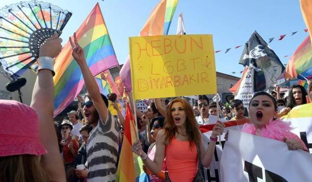 Una marcha de transexuales pone color a las protestas en Estambul