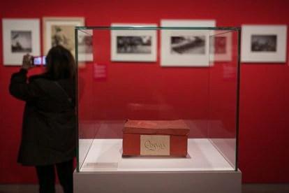 La caja con algunas imágenes de la Guerra Civil española de Antoni Campañà ahora expuesta en el MNAC.