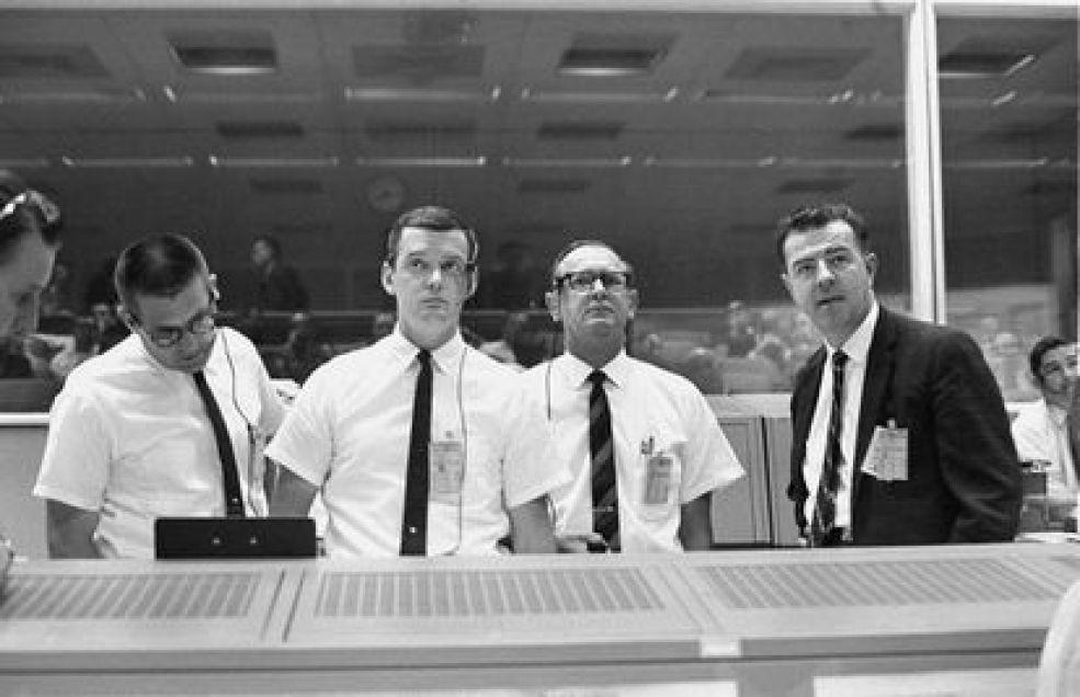 Glynn Lunney (segundo desde la izquierda) estaba en la consola del director de vuelo del Centro de Control de Misión de la NASA en julio de 1966.
