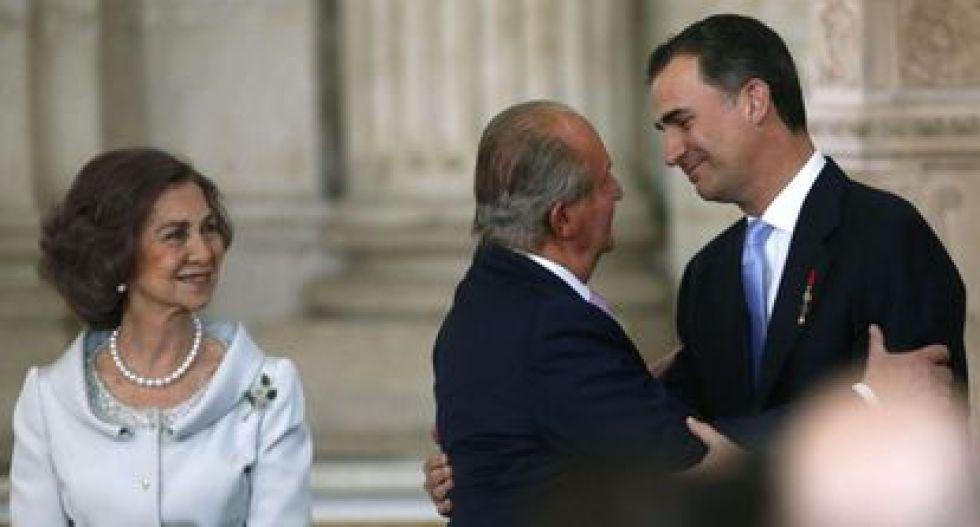 La reina Sofía, Juan Carlos y su hijo Felipe el día en que se firmó legalmente la abdicación en 2014.