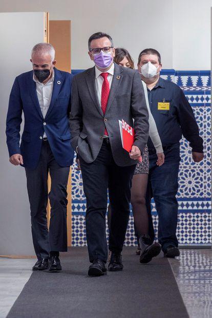 El portavoz del PSOE en la Asamblea de Murcia, Diego Conesa (c), poco antes de una rueda de prensa.