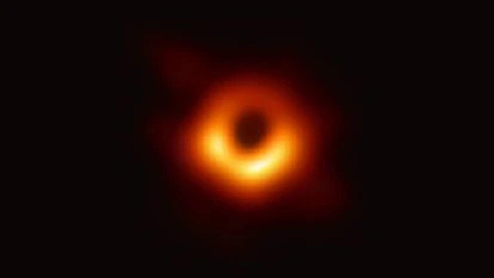 Imagen del agujero negro en el centro de la galaxia M87.