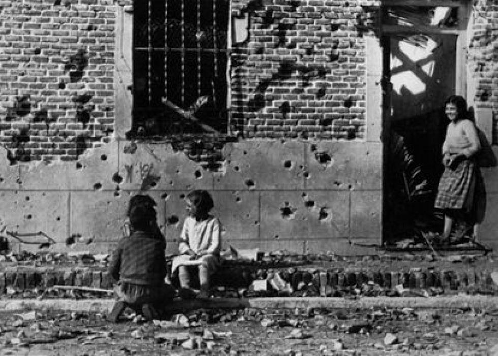Foto de Robert Capa con niños frente al edificio en el número 10 de la calle Peironcely en noviembre de 1936.