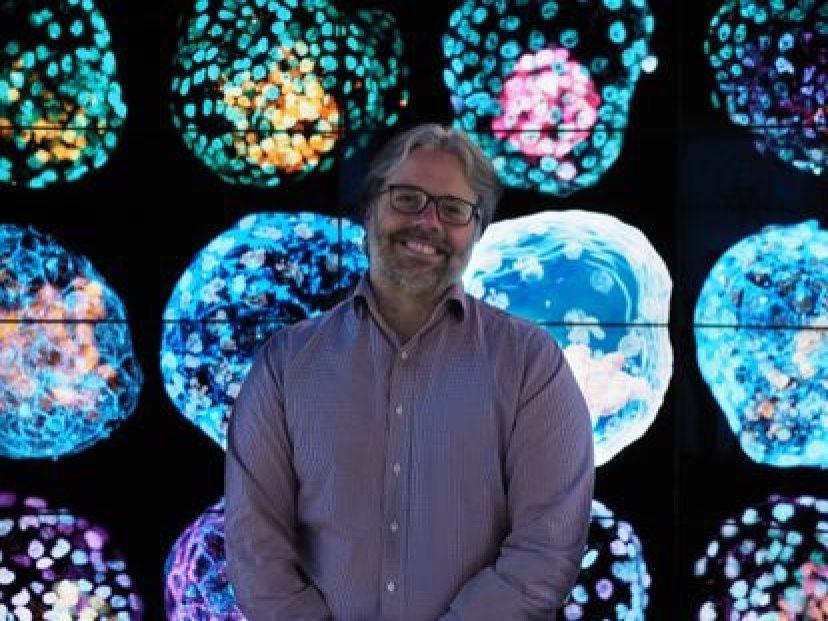 El bioquímico José Polo posa con fotografías de sus pseudoembriones humanos.