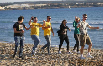 Turistas de Alemania en la playa de El Arenal en Palma de Mallorca.