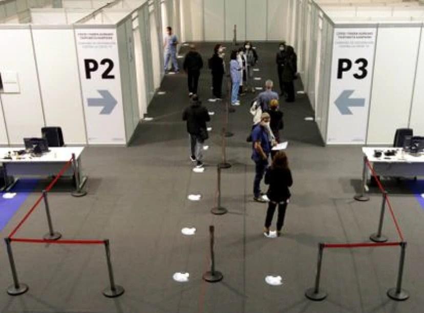La gente espera en la fila para recibir la vacuna Covid-19 en el Centro de Exposiciones de Bilbao el sábado.