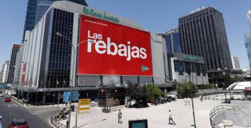 Un cartel con publicidad a la venta en los grandes almacenes El Corte Inglés en el barrio madrileño de Nuevos Ministerios.