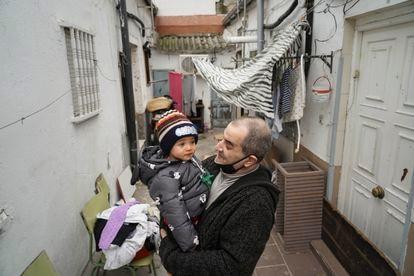 Jesús Rico, 49, con su nieto Saúl en uno de los patios.