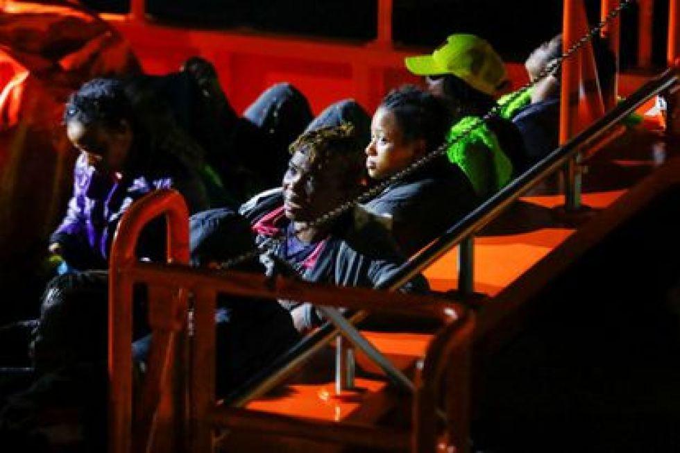 Mujeres esperan en el puerto de Arguineguín en Gran Canaria el 16 de marzo.