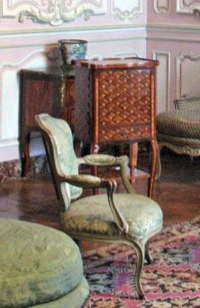 salon-lilas-louis-xv_secretary-and-cabriolet-chair_6146