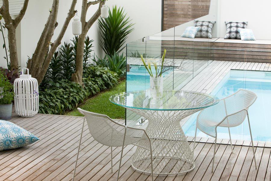 Dos jardines pequeos y modernos con pileta