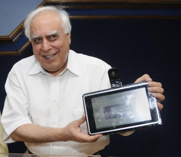 dumny minister z Indii z tabletem za podobno 35 dolarów