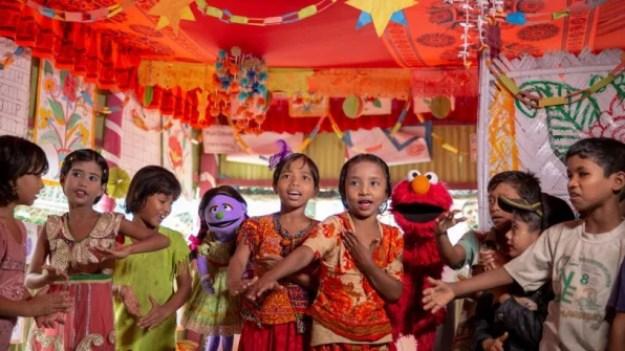 1-sesame-refugees-813x457 Sesame Workshop just got another $100 million to bring Muppets to refugee kids Inspiration