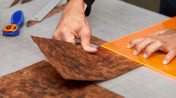 """Sostenibilidad: You can now buy a bag made from this mushroom """"leather"""" 