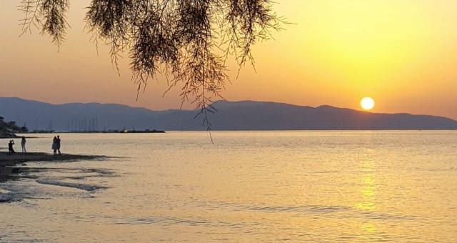 Ηλιοβασίλεμα, χρώματα, σκιές, παραλία στο Αγκίστρι, πεύκα, φωτογραφίες, ζευγάρια, λιμάνι, νησί, θάλασσα, ήλιος, δύση
