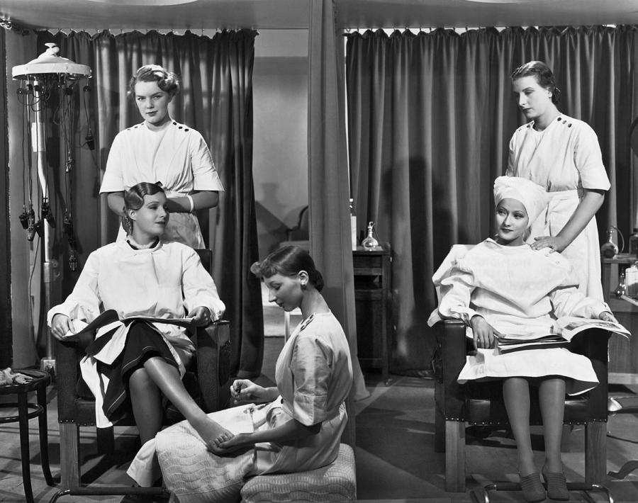 Women In A Beauty Salon Photograph by Underwood Archives