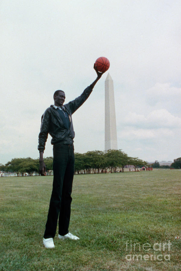 Manute Bol Pool : manute, Manute, Holding, Basketball, Bettmann