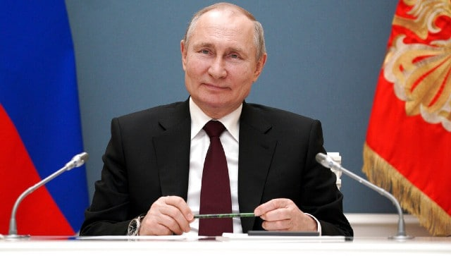 Russia president Vladimir Putin signs law allowing him to run for two more terms
