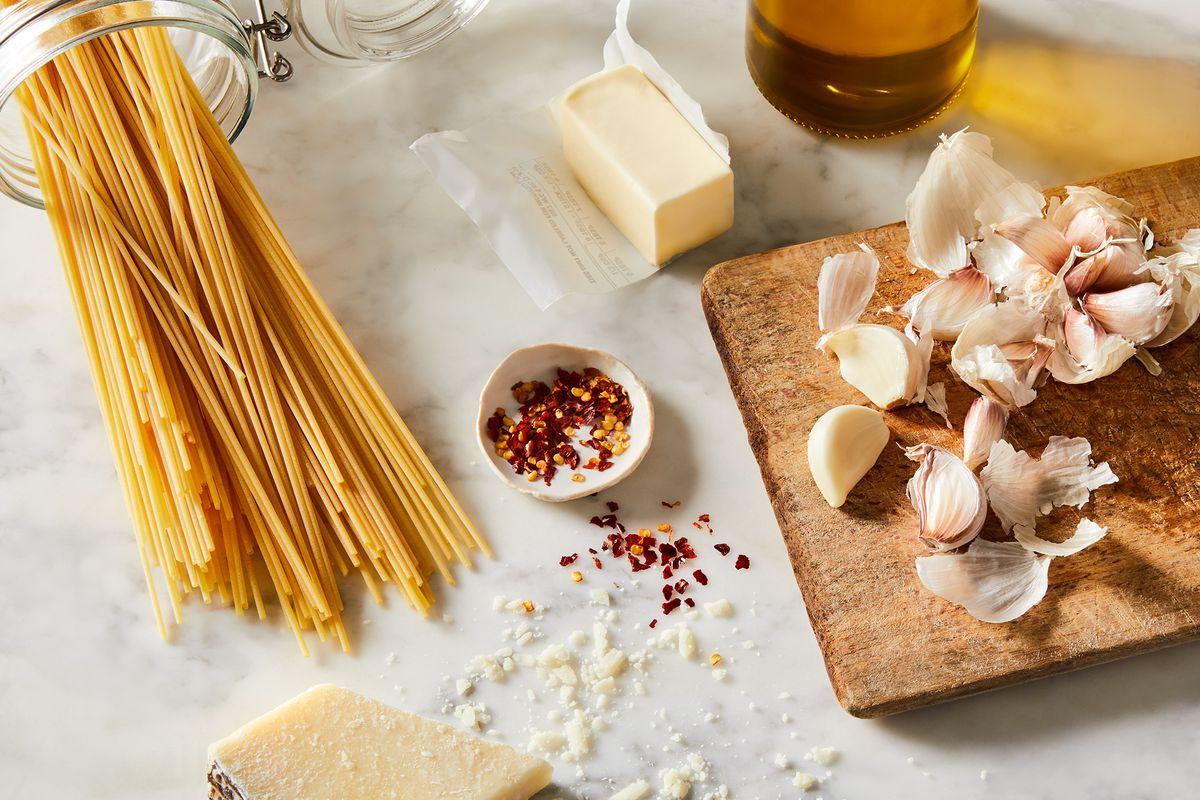 e36395c7 fe9d 4602 9d17 d1143346757b 2020 1215 pasta garlic butter sauce ingredient 3x2 rocky luten 014