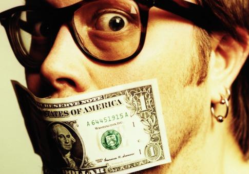 Lo sucedido con Daniel Pardo en la revista Kien&Ke es sólo la punta del iceberg. ¿Cuánto dinero emplearan las compañías multinacionales en su pintoresca forma de relaciones públicas?