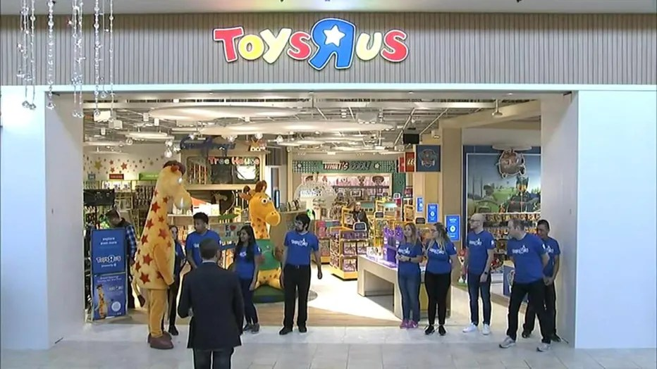 It S Back Toys R Us Reopens Its First Store In New Jersey