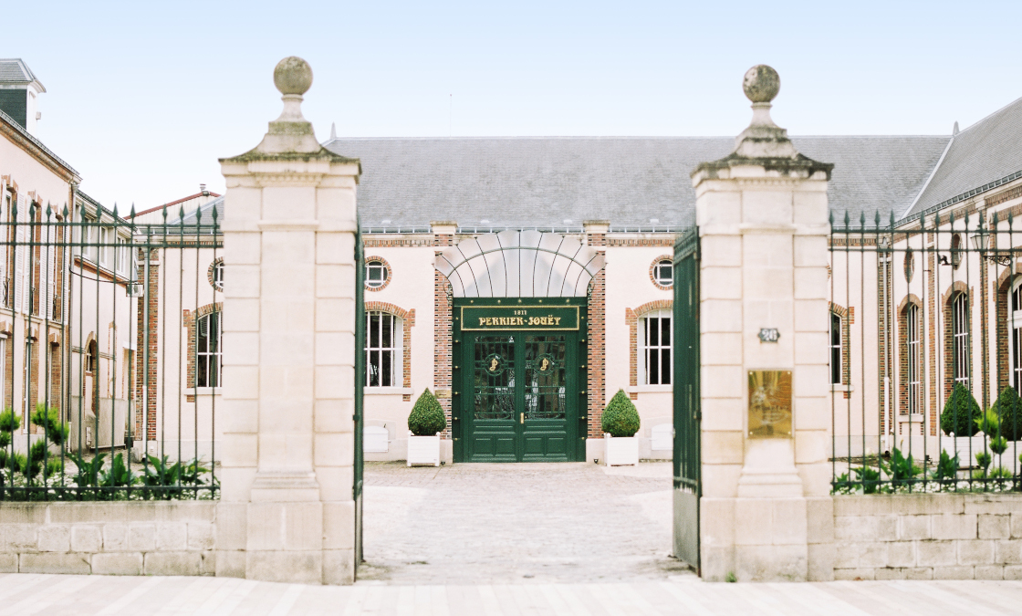 Passez les portes de l'entrée pour découvrir les coulisses du vignoble de Perrier-Jouët.