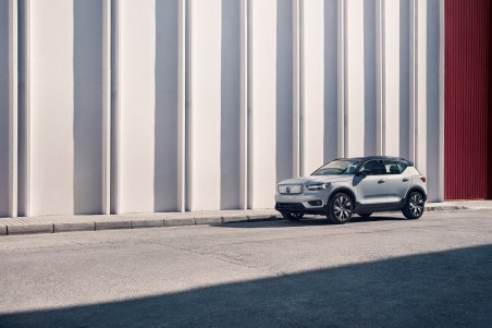 259206_Volvo_XC40_Recharge_P8_AWD_in_Glacier_Silver